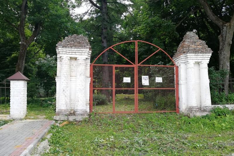 Центральные ворота парка в Троекурово