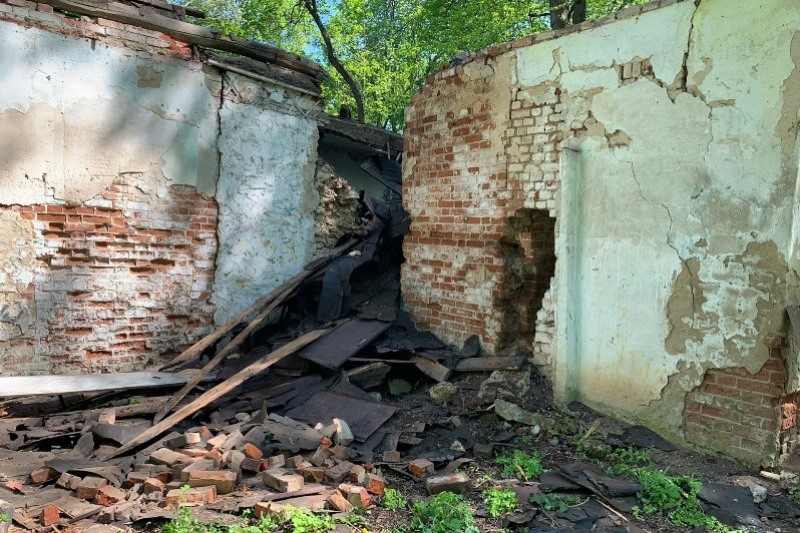 начались первоочередные противоаварийные работы на флигеле в Троекурово