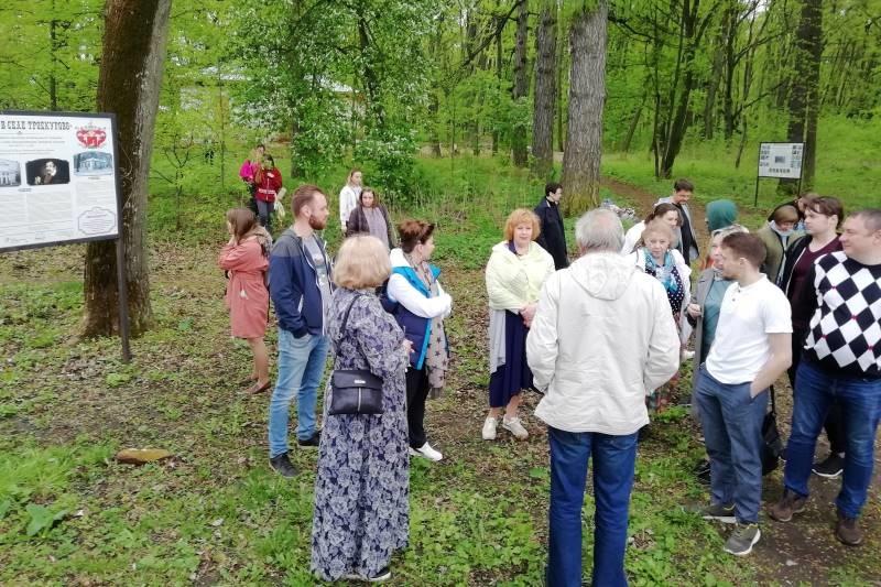 Участники межрегиональной конференции в старом парке с.Троекурово